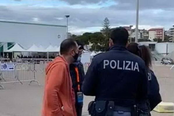 """""""Cercasi volontari per il vaccino"""": la bufala causa l'assalto alla Fiera di Cagliari"""