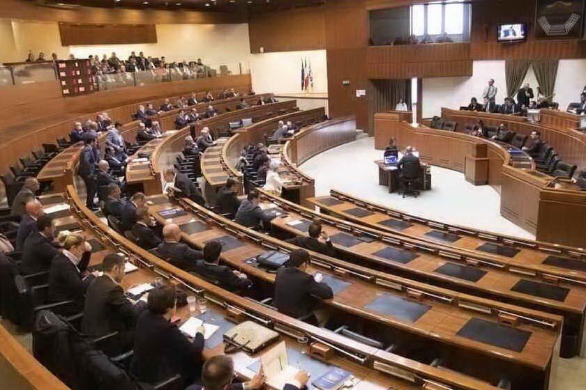 Staff Giunta, al via la discussione generale del ddl: l'opposizione attacca