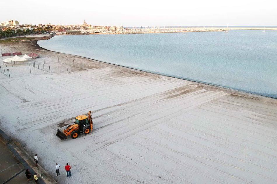 San Giovanni, via le barriere di canne per ridistribuire la sabbia