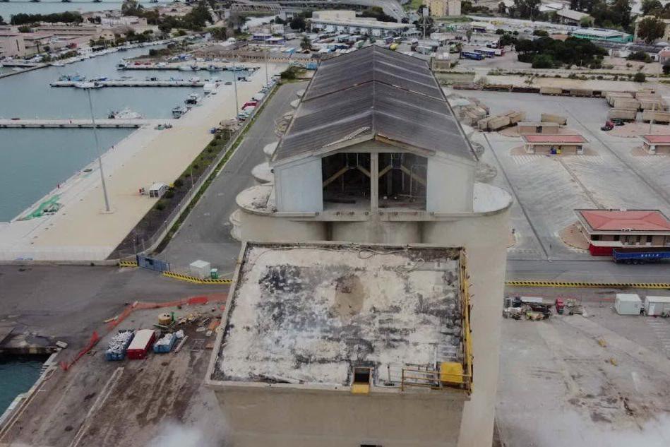 Cagliari, prima esplosione per demolire il vecchio silos VIDEO