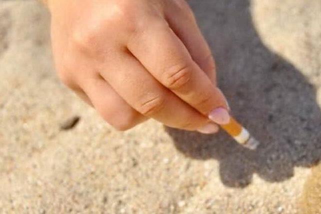 """""""La Maddalena, il divieto di fumo in spiaggia che nessuno rispetta"""""""