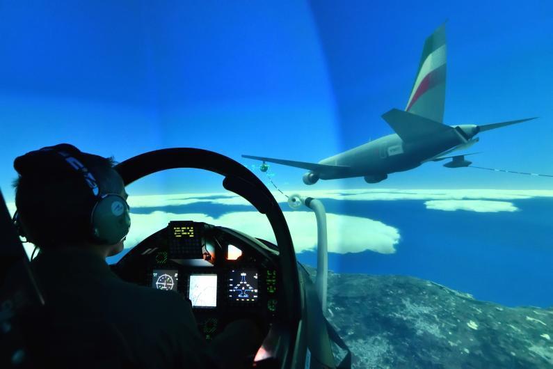 Meno incursioni in cielo, addestramento digital: ecco il super simulatore per i piloti dei jet militari