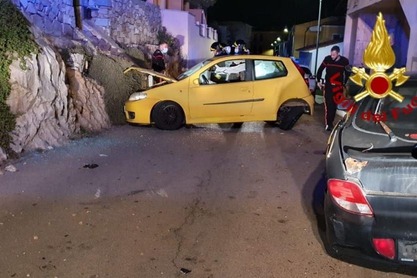 Santa Teresa Gallura, auto sbanda e finisce contro una parete rocciosa