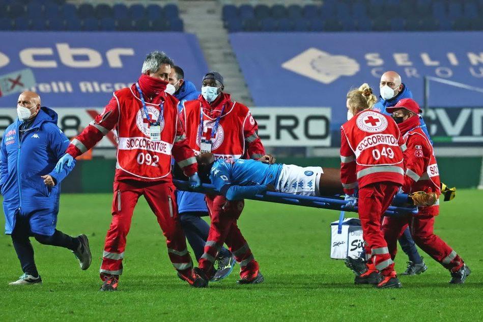 Batte la testa e perde i sensi: paura per l'attaccante del Napoli Osimhen