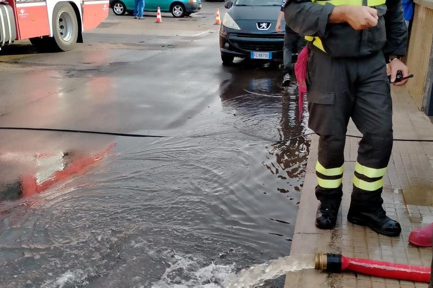 Li Punti, solo stamattina diverse case liberate dall'acqua: non è finita la conta dei danni