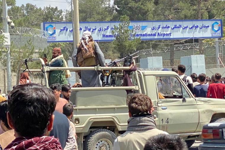 Granata lanciata contro un veicolo della polizia a Kabul