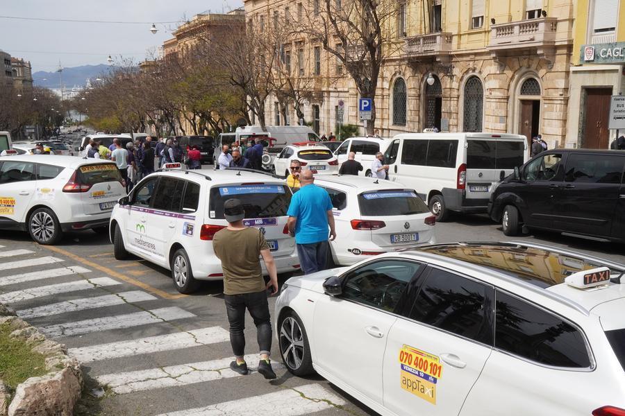 La protesta dei tassisti (foto L'Unione Sarda - Anedda Endrich)
