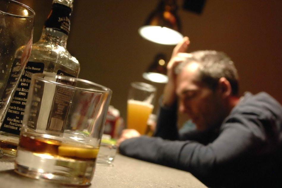 """Bere con moderazione e a stomaco pienoL'alcol """"indigesto"""" soprattutto per le donne"""