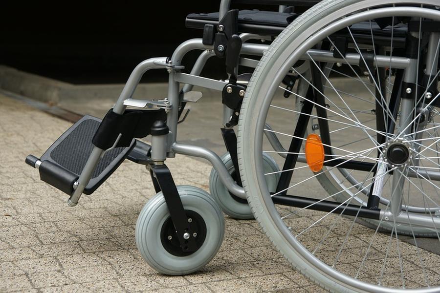 """Bloccato da 15 anni a casa in sedia a rotelle, Emo avrà finalmente il """"suo"""" ascensore"""""""