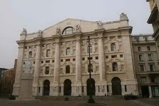 Borsa, chiude in negativo Milano: male Ferragamo, Moncler e Mediobanca