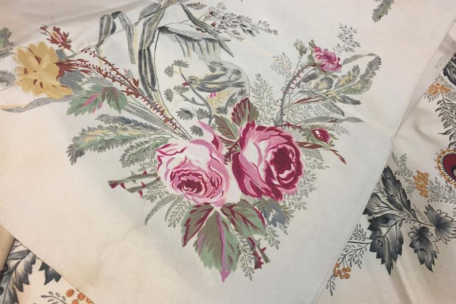 L'arte di dipingere i fazzoletti dell'abito femminile sardo
