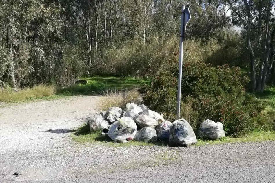 San Gavino: rifiuti nelle strade di campagna