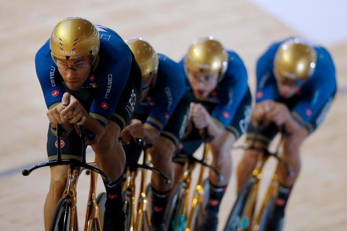 Ciclismo: ai mondiali su pista oro all'Italia nell'inseguimento a squadre