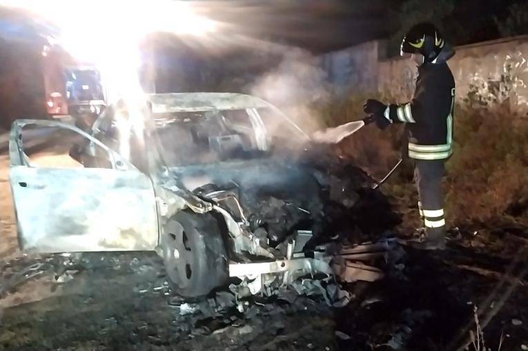 Carbonia, auto in fiamme nella zona del cimitero