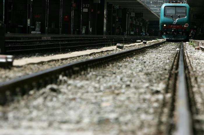 Con le cuffiette sui binari, 16enne travolta dal treno