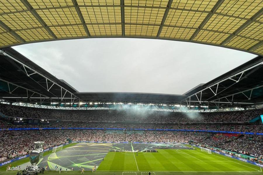 """Il presidente della Repubblica, Sergio Mattarella, è arrivato nella tribuna d'onore dello stadio di Wembley per la finale degli Europei che vede contrapposte l'Italia e l'Inghilterra, 11 luglio 2021. A salutarlo, prima dell'incontro, è stato il 'padrone' di casa, il premier inglese, Boris Johnson, che si è rivolto a Mattarella dicendogli \""""Forza Italia\"""". ANSA/UFFICIO STAMPA QUIRINALE ++++++ ANSA PROVIDES ACCESS TO THIS HANDOUT PHOTO TO BE USED SOLELY TO ILLUSTRATE NEWS REPORTING OR COMMENTARY ON THE FACTS OR EVENTS DEPICTED IN THIS IMAGE; NO ARCHIVING; NO LICENSING +++"""