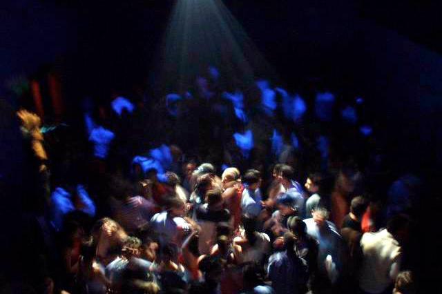 Ischia, 200 persone in una discoteca abusiva: i carabinieri interrompono la festa