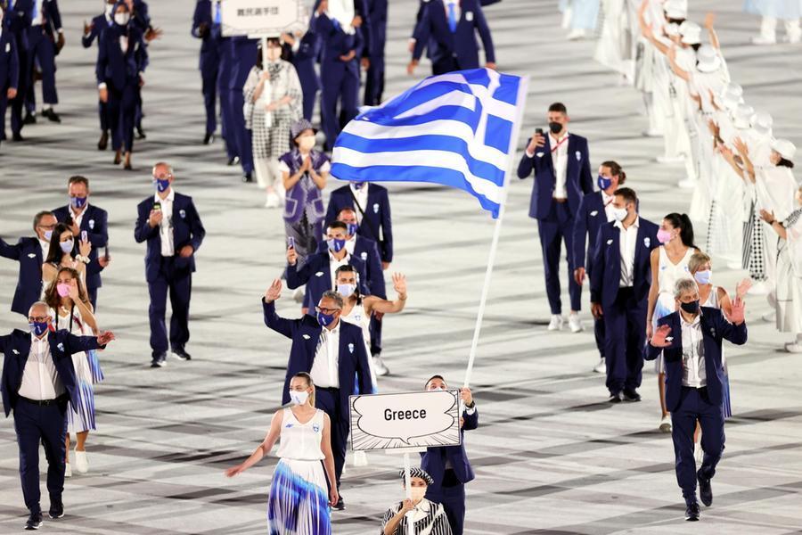 I primi a sfilare, come da tradizione, sono gli atleti della Grecia