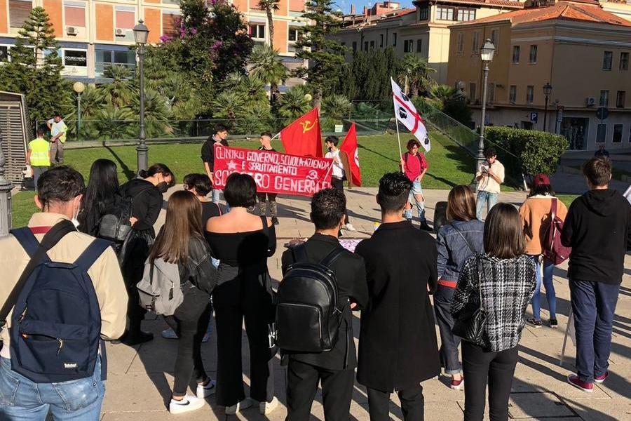 """Sassari,studenti in piazza Castello: """"No all'alternanza scuola-lavoro"""""""