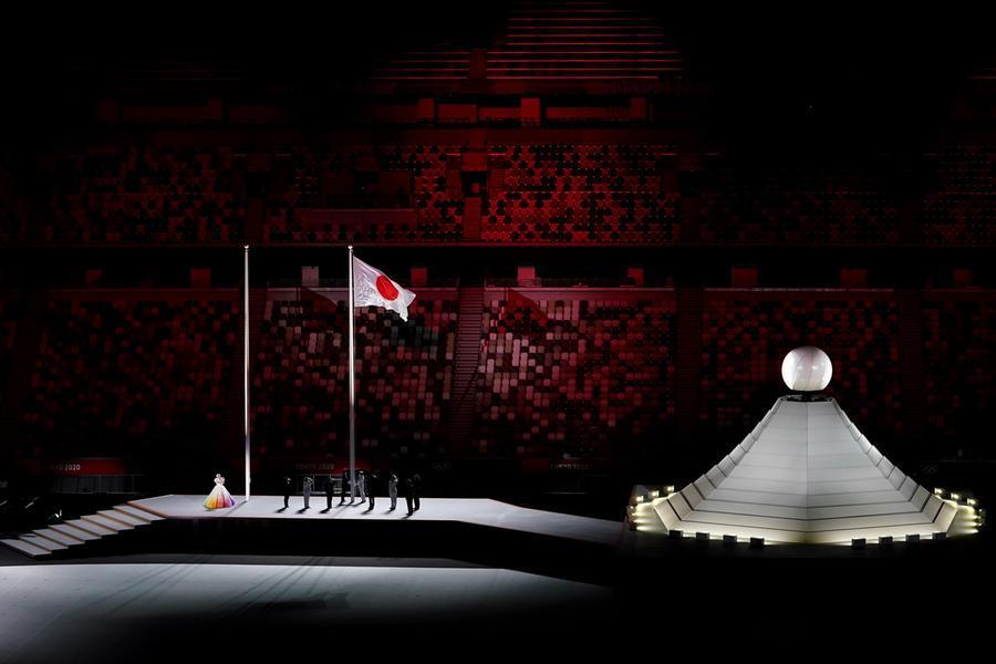 Si alza la bandiera giapponese